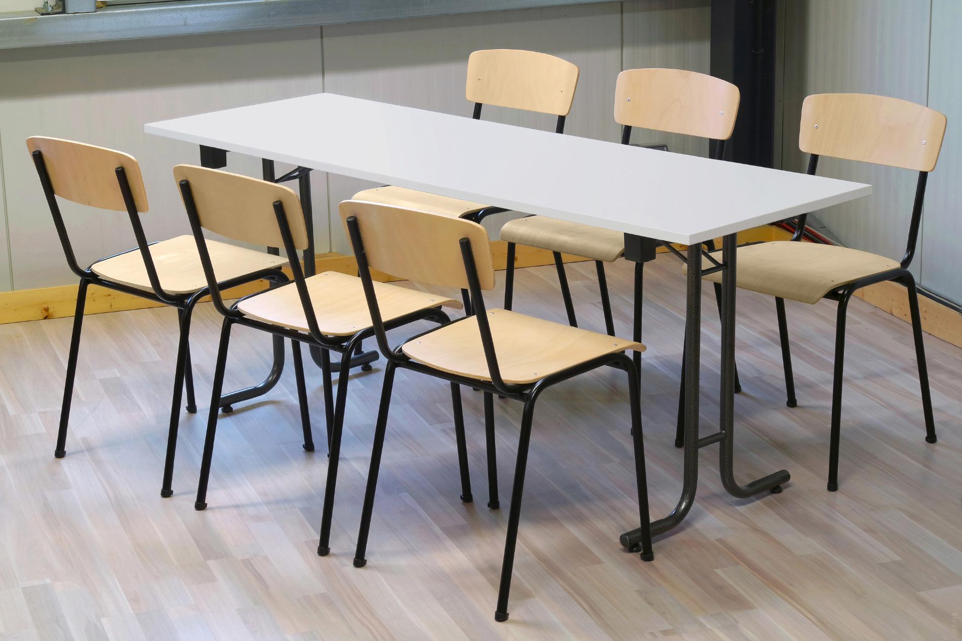 Holzstuhl TOM am Tisch